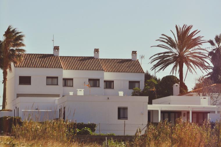 Blick vom Strand auf die Apartment-Häuser